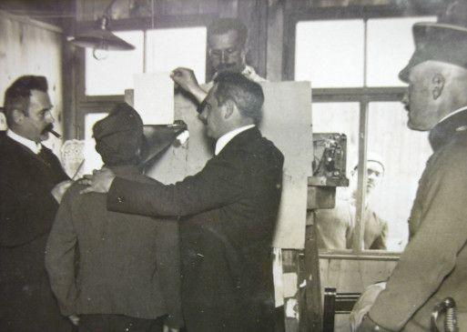 Der Indologe Heinrich Lüders bei der Tonaufnahme von Gurkha-Sprachen im Wünsdorfer Halbmondlager