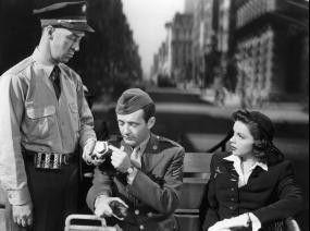 Ja, Herr Polizist, ich habe noch Urlaub - Robert Walker (M.) und Judy Garland in Bedrängnis