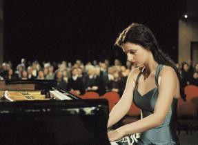 Maria (Annett Renneberg) nimmt doch noch an dem internationalen  Musikwettbewerb teil