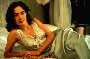 """Lena Headey als Cleo, die gar nicht zugeknöpfte  Tochter des Hausherrn in """"Butler morden leiser"""""""