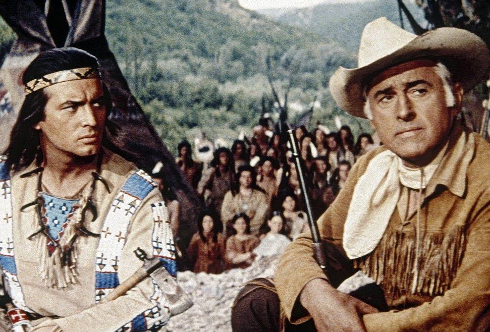 Winnetou (Pierre Brice, l.) und sein Freund Old Surehand (Stewart Granger)