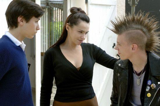 Eric (Valentin Ducommun, l.) lernt Romains Mutter (Béatrice Dalle) kennen