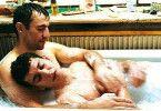 Ach, ist das schön mit dir! Edouard Nikitine (l.) badet Yasmine Belmadi