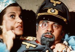 Der amerikanische Milliardär Brendan Byers III  (Jerry Lewis) muss sich nicht nur gegen seinen  Erzfeind Adolf Hitler durchsetzen...