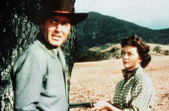 Charlotte (Dorothy Malone) glaubt, dass Cruz (George Montgomery) ein Feind ist