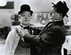 Erst die Krawatte richten, dann gibt's was auf die Nase! Stan Laurel (l.) und Oliver Hardy