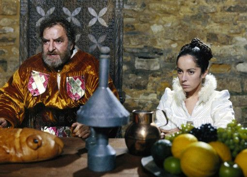 Eifersüchtig wacht Sir January (Hugh Griffith) über seine jugendliche Frau (Josephine Chaplin)