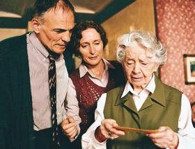 Das ist ein seltsames Bild! Inge Meysel (r.) mit  Hans Peter Hallwachs und Eleonore Weißgerber