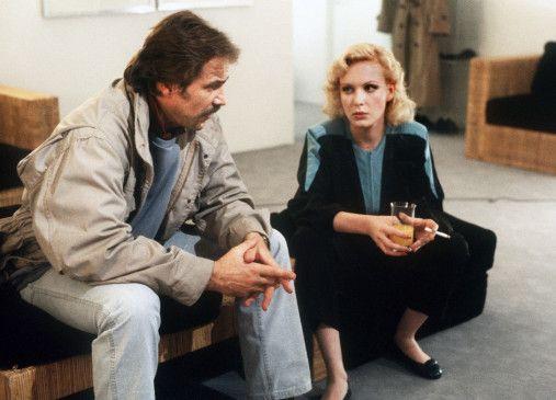 Schimanski (Götz George) fragt Miriam (Sunnyi Melles), warum sie Nachforschungen über den Tod ihrer Mutter anstellte