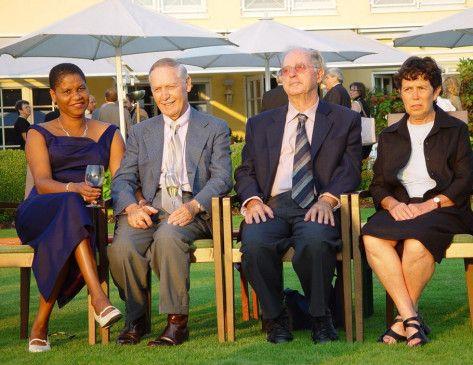 Das Wiedersehen: Fred Raymes (l.) und Menachem Mayer mit ihren Ehefrauen