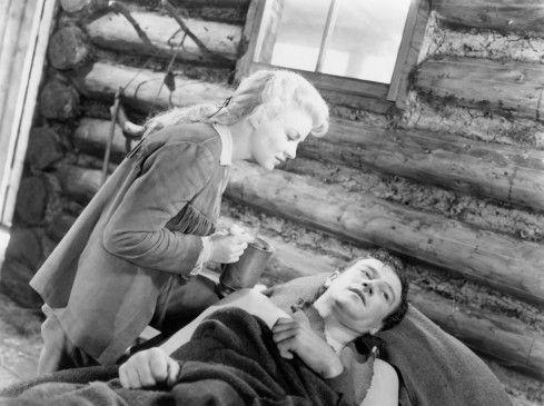 Die schöne Janie (Claire Trevor) kümmert sich liebevoll um den verletzten Jim (John Wayne)