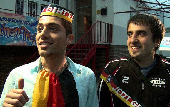 Mustafa (l.) ist ein großer Fan der deutschen Nationalmannschaft