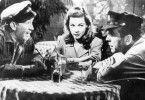 Lauren Bacall hat ein Auge auf Humphrey Bogart (r.) geworfen