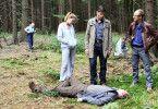 Pia (Felicitas Woll) und Oliver (Tim Bergmann, M.) haben die Leiche von Hardenbach gefunden