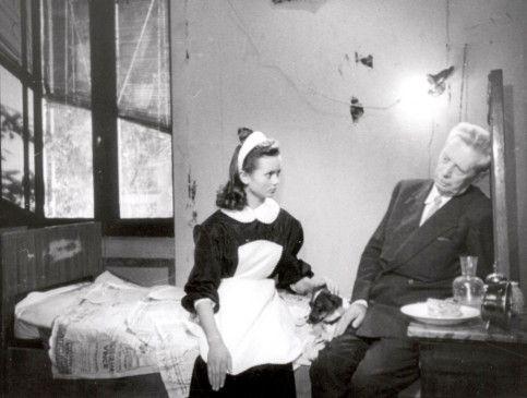 Dienstmädchen Maria (Maria Pia Casilio) versucht Umberto (Carlo Battisti) zu trösten