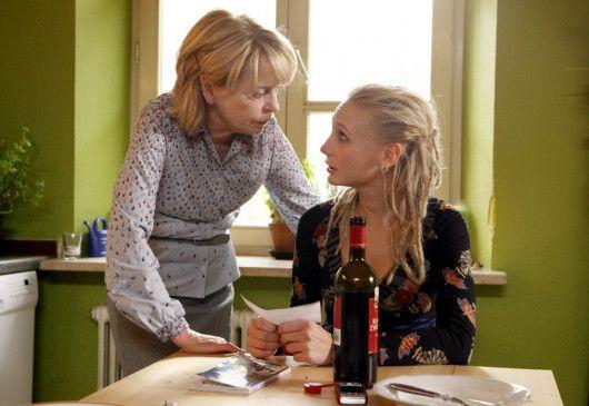 Gundula (Gisela Schneeberger, l.) macht sich Sorgen um ihre Tochter Lena (Josephine Kroetz)