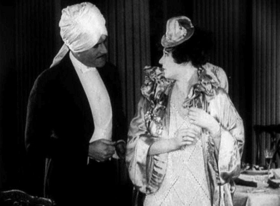 Kommissar Wilkins (Henry Stuart) und die verdächtige Madame Tréville (Hanni Weise)