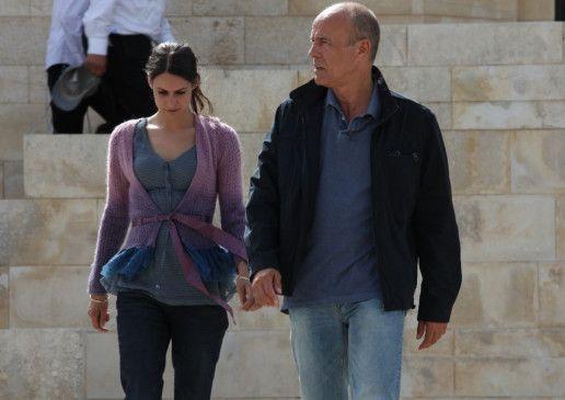 Michael Ochajon (Heiner Lauterbach) begleitet Nita von Gelden (Liana Forestieri) aus dem Polizeirevier