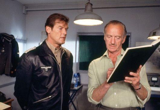 Letzte Vorbereitungen vor dem Angriff: Captain Gavin Stewart (Roger Moore, l.) und Colonel Bill Grice (David Niven)