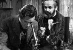 Louis Pasteur (Paul Muni, r.) weist seinen Schwiegersohn (Donald Woods) in die Grundlagen der von ihm entdeckten Bakteriologie ein