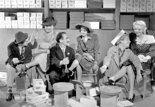 Ermitteln in der Schuhabteilung: Chico, Harpo und Groucho Marx (v.l.)