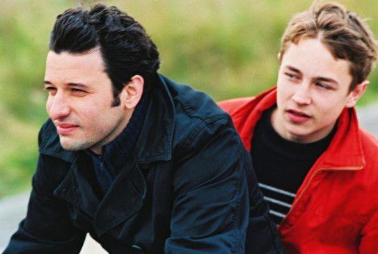 Thomas (Eric Caravaca, l.) findet Zugang zu dem schwerhörigen Lucas (Vincent Rottiers)