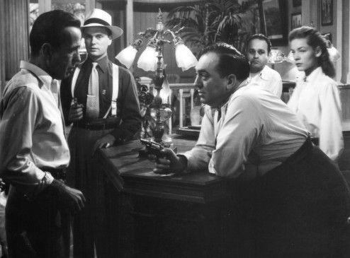 McCloud (Humphrey Bogart, l.) wird von miesen Gangstern bedroht - Lauren Bacall schaut zu
