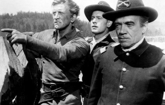 Der Scout im Einsatz: Kirk Douglas (l.) als Johnny Hawks