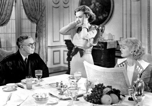 Bankier Bradford (Arthur Byron) mit seinen beiden Töchtern (Margaret Lindsay, M., Bette Davis)
