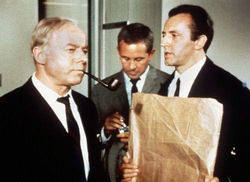 Erst einmal kurz an der Pfeife ziehen! Heinz Rühmann (l.) als Maigret