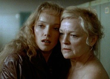 Die aufgelöste Johanna (Claudia Geisler, l.) sucht Trost
