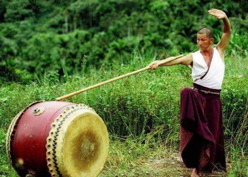 Sid (Jaycee Chan) übt seine Kampfkunst an der Trommel