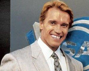 Du willst mein Zwillingsbruder sein? Das ich nicht lache.... Arnold Schwarzenegger zeigt Zähne
