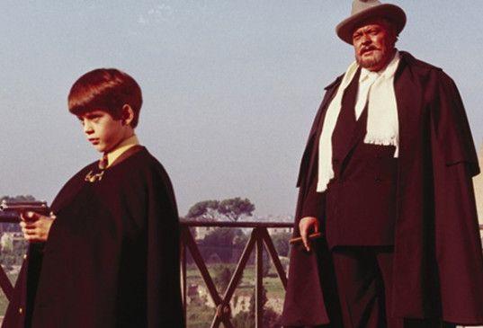 Mit Waffen spielt man nicht! Orson Welles (r.) ermahnt Barnaby Shaw