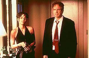 Der Senator (Warren Beatty) und die mysteriöse  Schöne (Halle Berry)