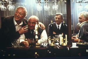 Der Kleine möchte auch noch ein Bier! Michael Caine, Bob Hoskins, Tom Courtenay und David Hemmings (v.l.)