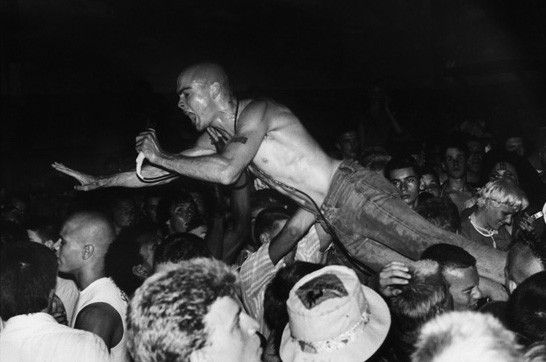 Stage-Diving ist angeagt: Henry Rollins in Aktion