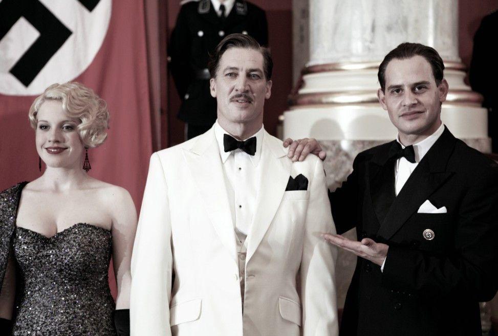 Goebbels (Moritz Bleibtreu, r.) präsentiert seine Stars (Tobias Moretti und Paula Kalenberg)