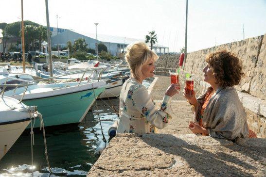 Bei einem leckeren Cocktail ist das Leben für Patsy (Joanna Lumley, l.) und Eddie (Jennifer Saunders) schon fast perfekt.