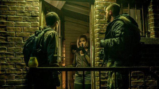 Alex (Dylan Minnette, l.) und Money (Daniel Zovatto) werden von Rocky (Jane Levy) ins Haus gelassen.