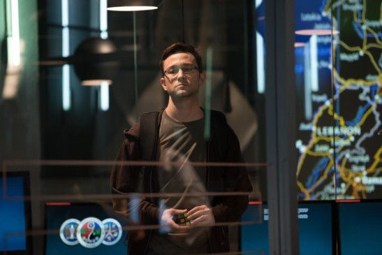 Als Edward Snowden (Joseph Gordon-Levitt) im Jahr 2013 seinen Job bei der NSA hinter sich lässt und nach Hongkong fliegt, tut er das stillschweigend, ohne dass NSA-Mitarbeiter oder seine langjährige Freundin Lindsay Mills (Shailene Woodley) davon etwas ahnen.