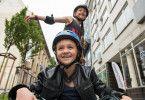 Michi (Luis Vorbach) fühlt sich nur beim Skaten mit seiner neuen Freundin Katja (Ella Frey) so richtig gut.