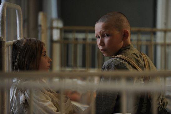 Amelie (Carla Karsten) und Ernst Lossa (Ivo Pietzcker) schließen Freundschaft.