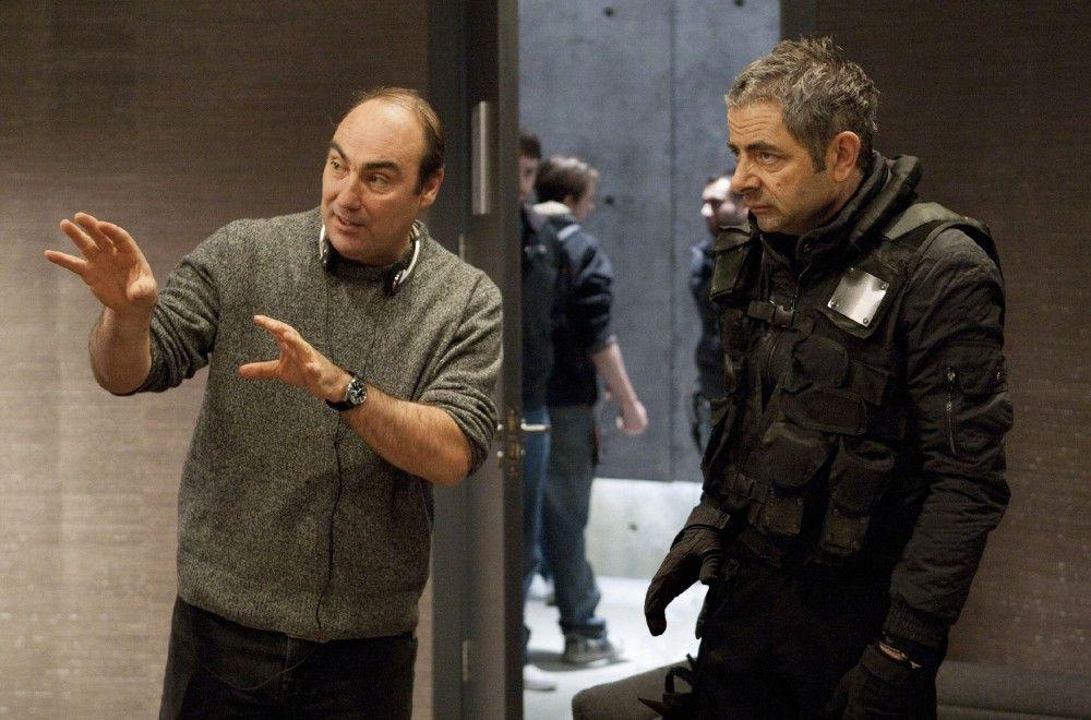 Regisseur Oliver Parker (l.) im Gespräch mit Rowan Atkinson (spielt den Johnny English)