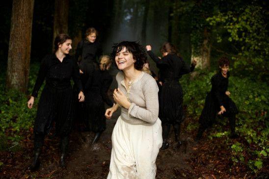 Loï Fuller (Soko) trainiert mit ihren Tänzerinnen im Wald.