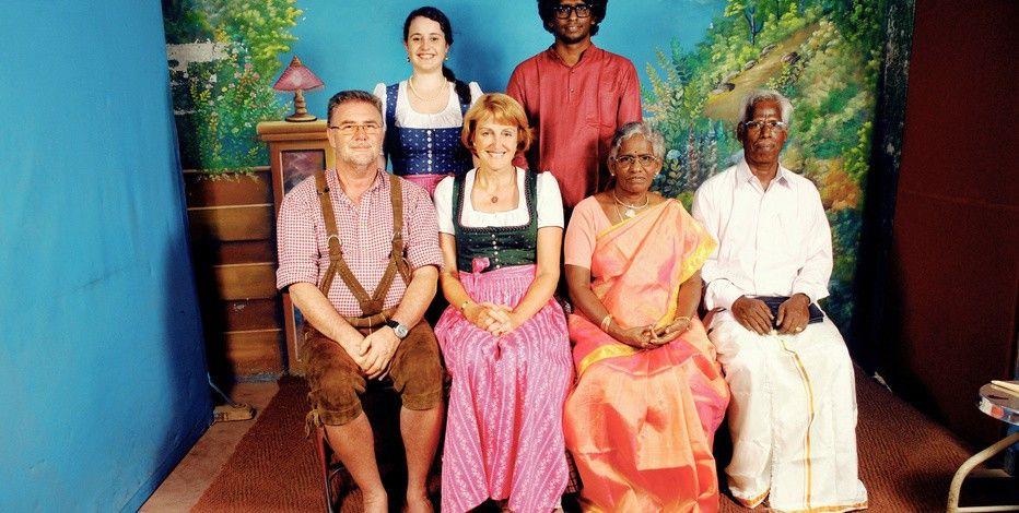 Dirndl trifft auf Sari: bayerisch-indische Familienzusammenführung.