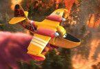 Superscooper-Flugzeug Dipper kämpft gegen die um sich greifenden Flammen.