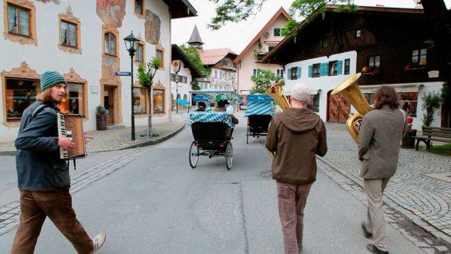 """Musizierend unterwegs im Dorf: die modernen Volksmusiker von """"Kofelgschroa""""."""
