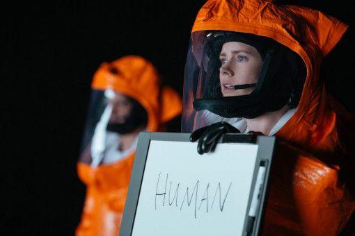 Um globale Paranoia und einen potentiellen Krieg zu verhindern, soll ein Elite-Team um die Linguistin Louise Banks (Amy Adams) und den Mathematiker Ian Donnelly (Jeremy Renner) im Auftrag des Militärs Kontakt herstellen.