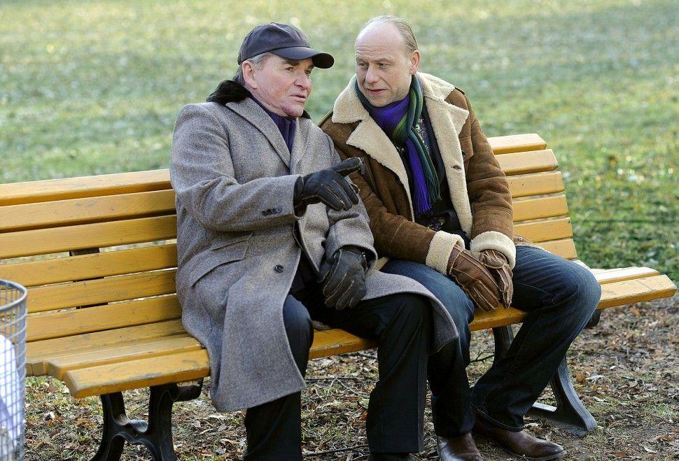 Wir müssen den Fall allein aufklären! Lindburg (Fritz Wepper, l.) und sein TV-Kollege Mike Häusl (Bernd Michael Lade)